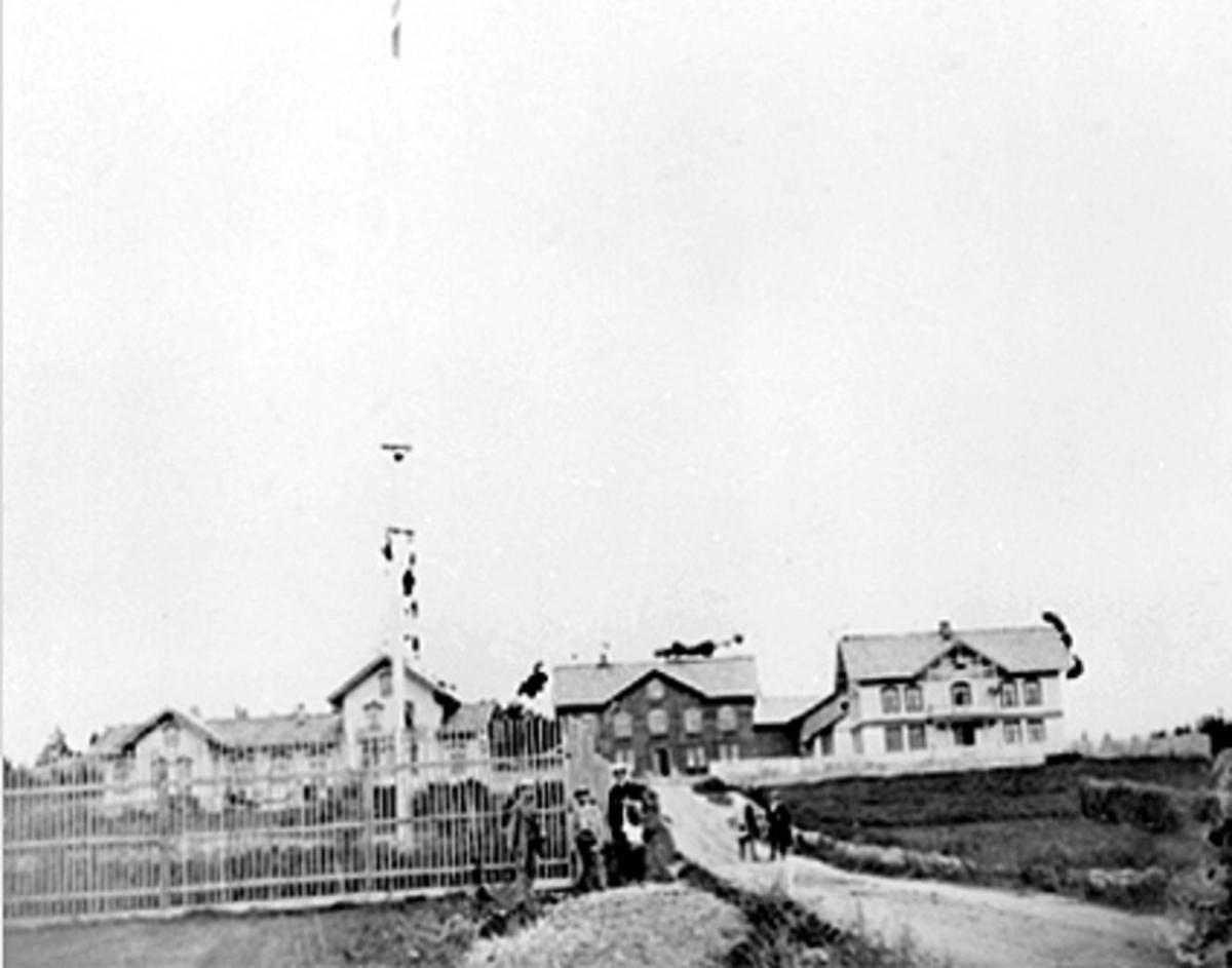 Eksteriør, Sagatun folkehøyskole, bygd i 1865 av Herman Anker.  Til venstre Mix og Herman Ankers bolig, skolebygningen i midten og Olaus Arvesens bolig til høyre.