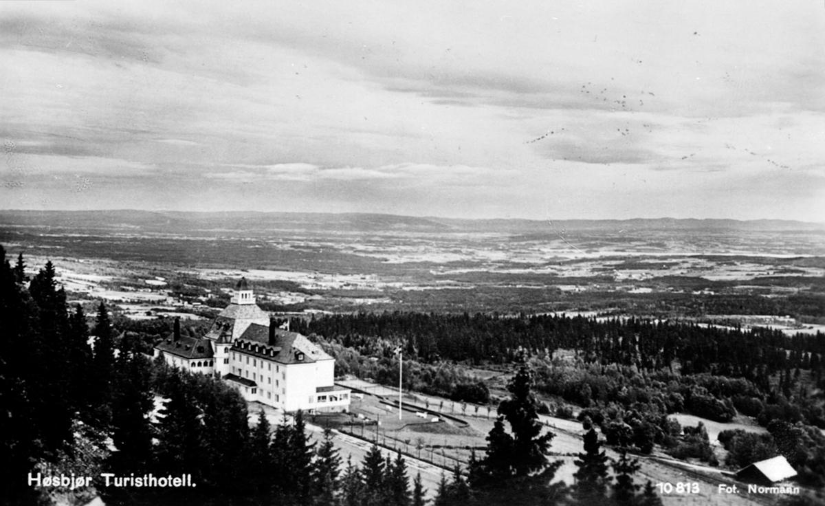 Ovenfor Høsbjør Turisthotell med utsikt mot Furnes.