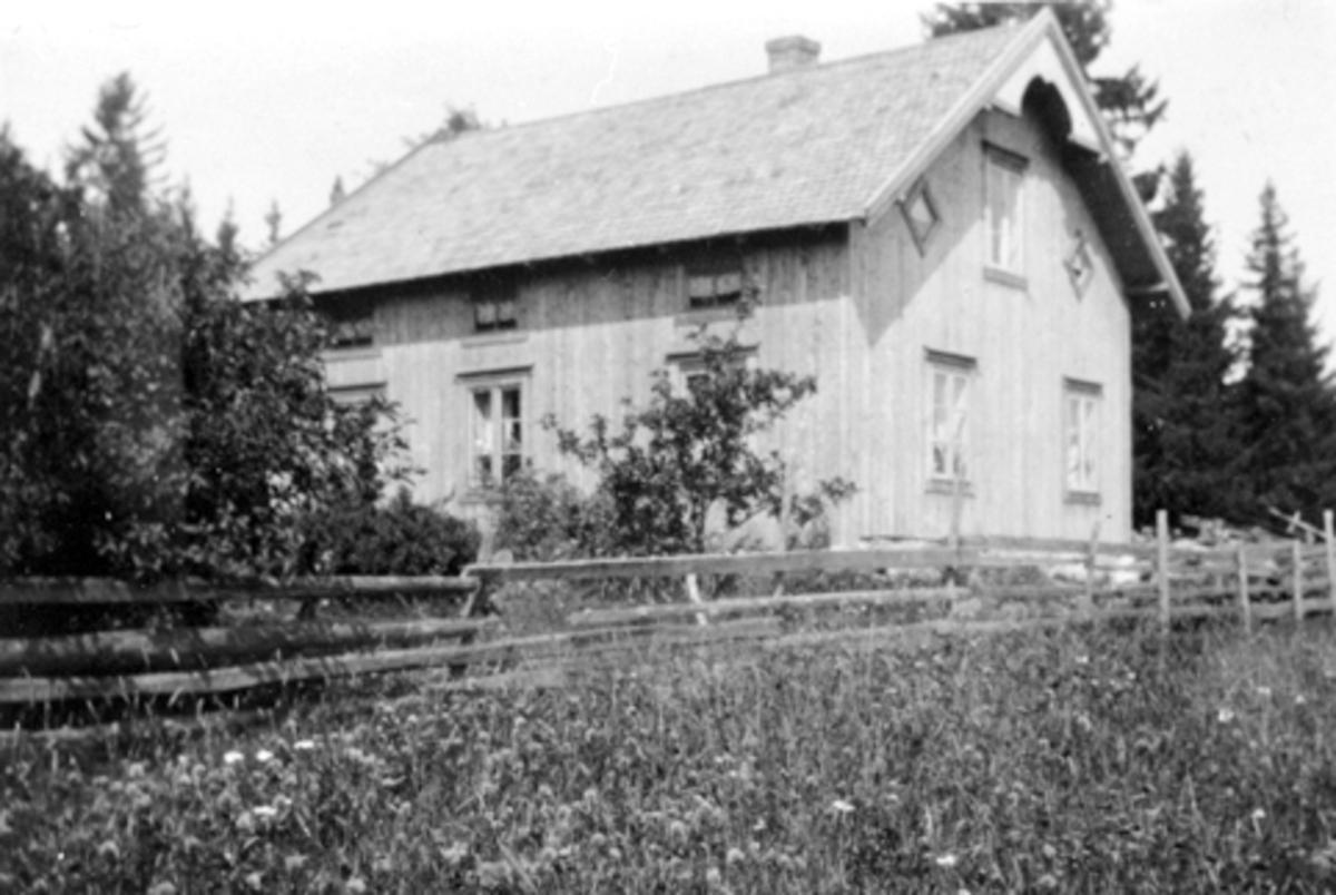 Eksteriør, huset i Lovisenberg/Nordmoen, Nes, Hedmark etter restaurering. Skylddelt fra Skjelve vestre i 1860. Huset ble mye brukt til møter i Nes Arbeiderforening: