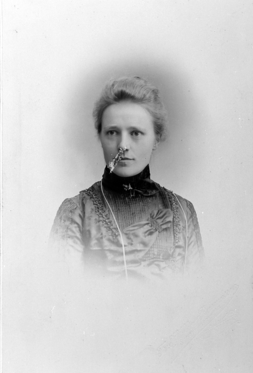 Portrett, Anna Solberg F. Svenkerud, døde på Tande gård, Ringsaker, 1923.