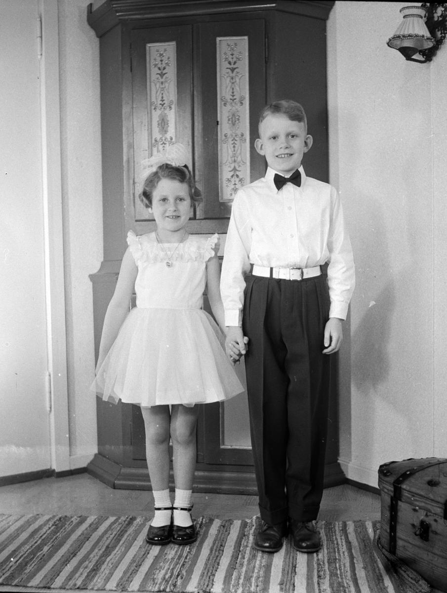 Dagny og Herleif Jevanords barn Lise Lene og Hans Petter Jevanord,  Pyntet til danseball. Jevanord kafeen i Gamlegata i Brumunddal.