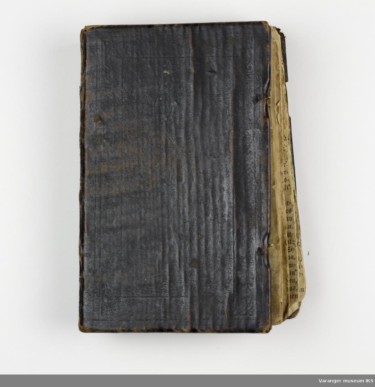 Finsk salmebok utgitt i 1862. Skinnbelagte permer i tre. Preget dekor foran og bak, men svært slitt. Det har vært en lukke/låseanordning for å holde boken lukket, men denne har blitt ødelagt.