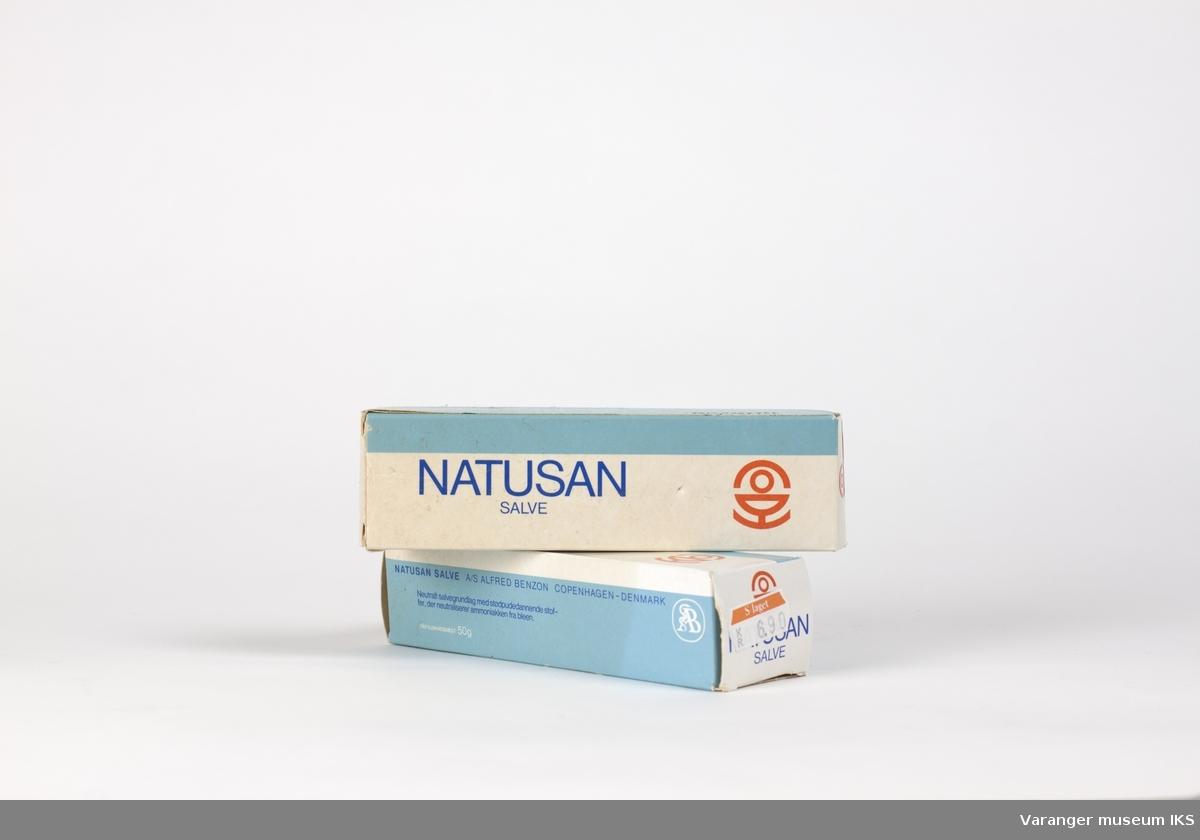 2 stk. Natusan salvetube med tilhørende papiremballasje. Emballasjen kan åpnes i begge ender.