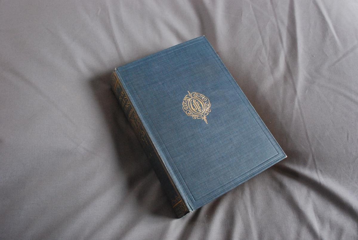Brev fra The Dickens Fellowship til O. J. Larsen datert 1903 innlimt på forsats.