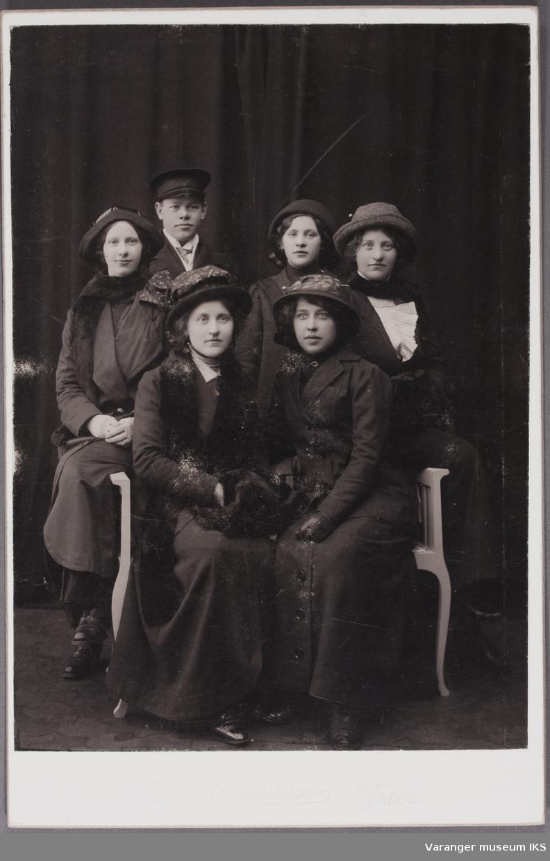 Kabinettkort. 2 rekke nr 4 fra venstre Signe Sundelin. Første rekke nr 1 Anges Sundelin.