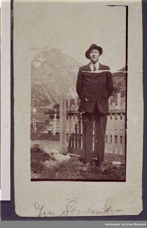 Mann, hatt, finlede, gjerde, fjell. John Svartveit