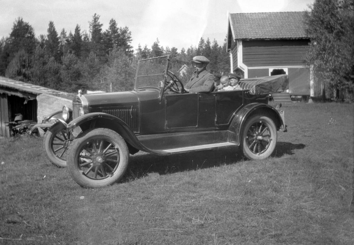 Mann og barn i bil