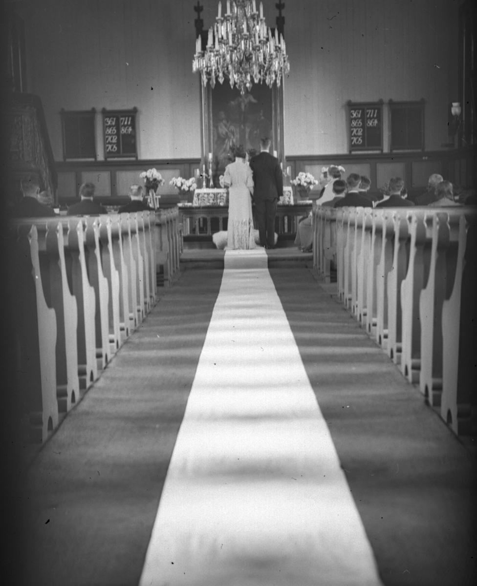 Brudepar ved alteret