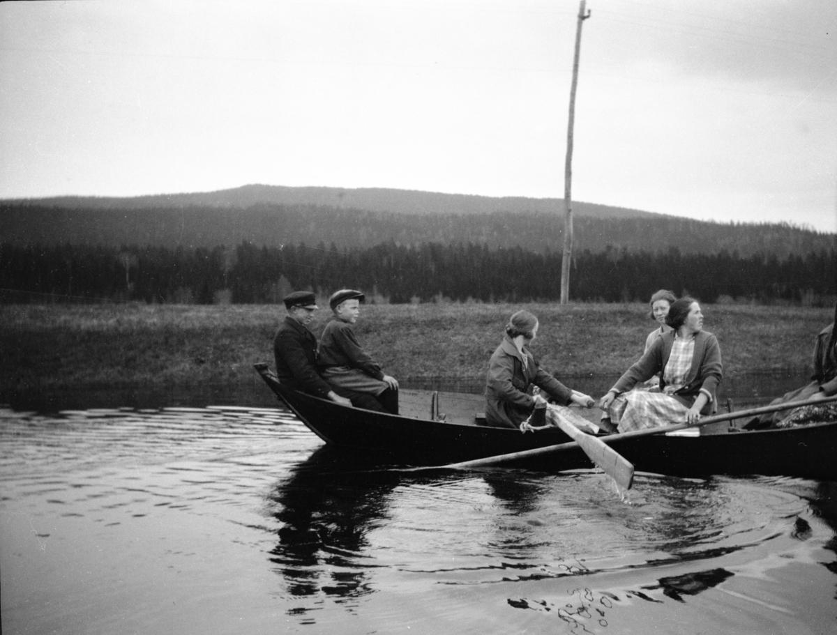 Nordre Rustad, fire personer i robåt