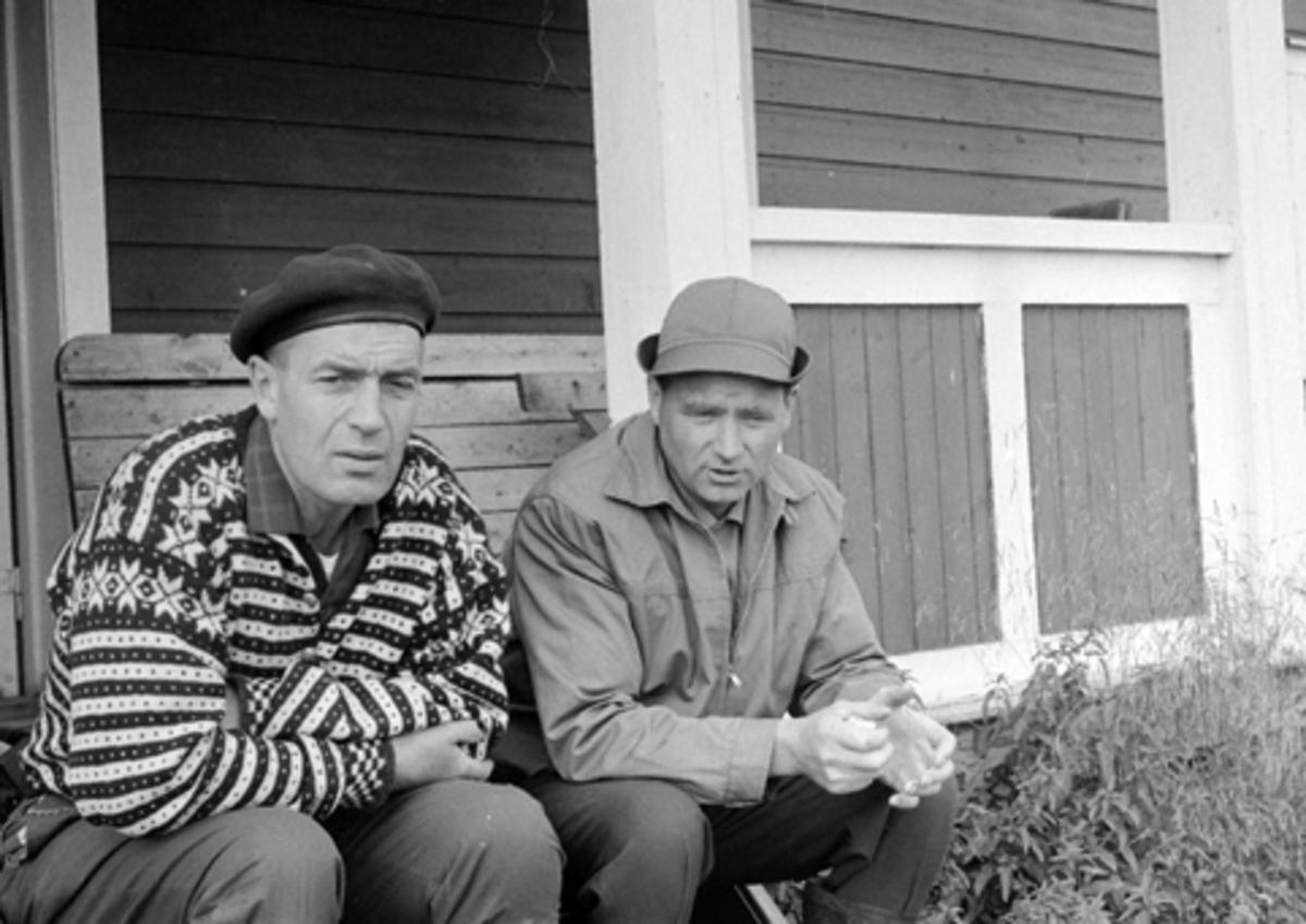 Mannen til venstre er Knut Jerven, skogvokter Romedal almenning. Jerven var også major i HV.