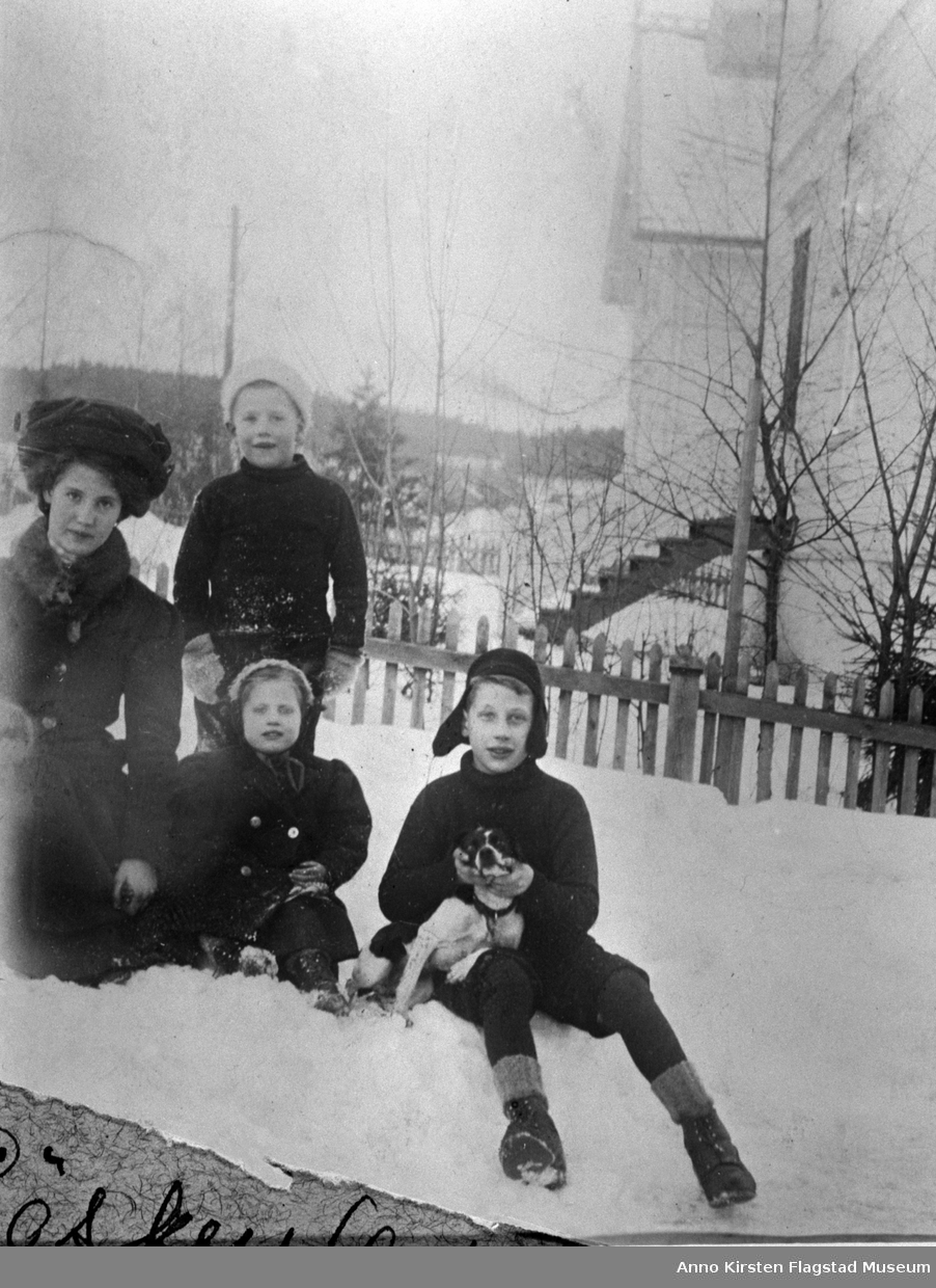 Fra venstre: Kirsten Flagstad, Lasse Flagstad, Karen Marie Flagstad, Ole Flagstad med hunden Lotti hjemme på Vinderen, Oslo 1910. From left: Kirsten Flagstad, Lasse Flagstad, Karen Marie Flagstad, Ole Flagstad with their dog Lotti at home at Vinderen, Oslo 1910.