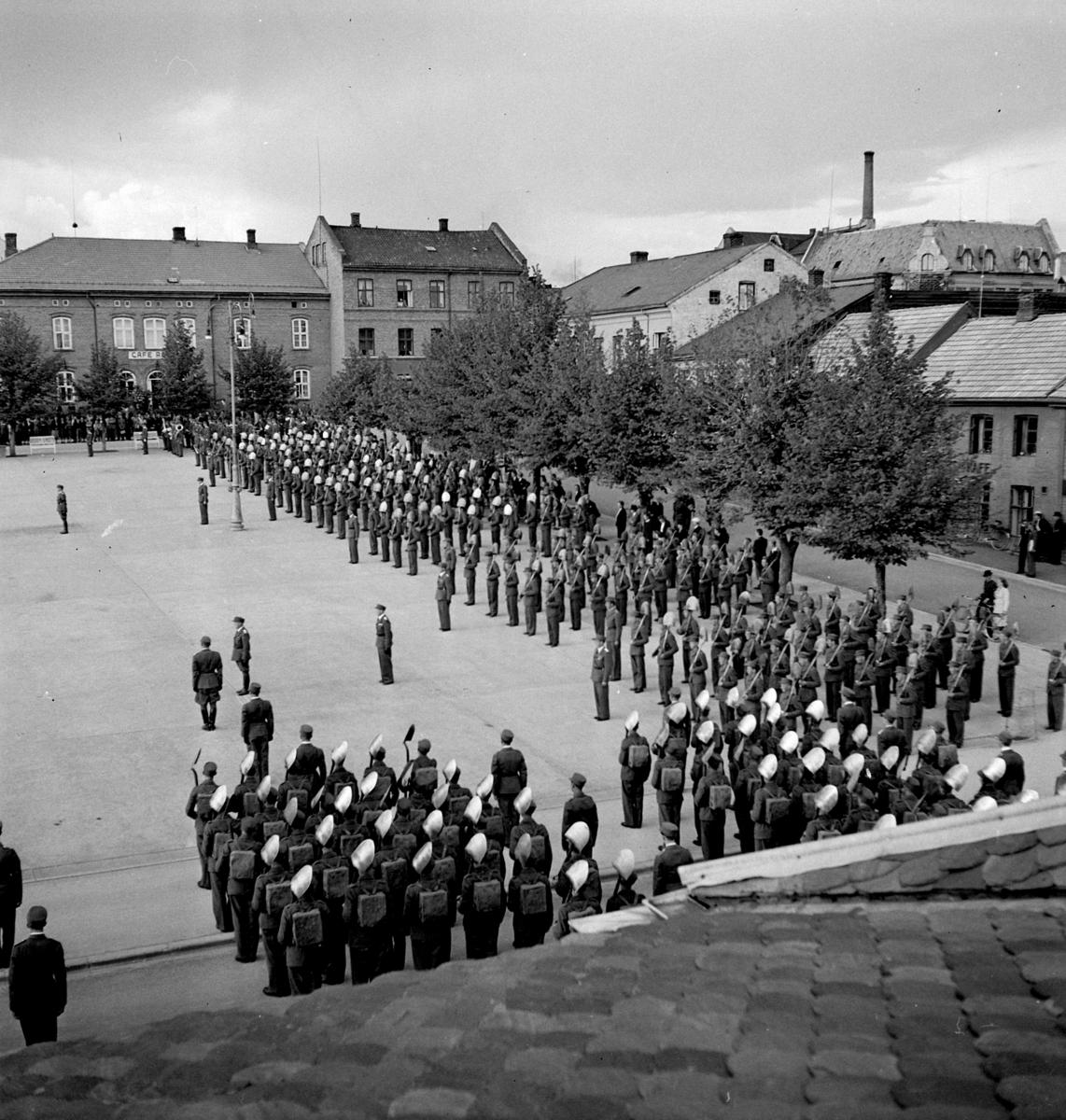Hedmark Arbeidsfylkings idrettsstevne på Hamar. 27-28 juni 1942. Dette var en organisasjon som prøvde å mobilisere ungdom til å gjøre samfunnsnyttig arbeid. Organisasjonen kom under stor innflytelse fra Nasjonal Samling, NS. Her står mannskapet oppstilt på Stortorget under åpningen av stevnet.  Se NO-09172-01 til NO-09172-13.