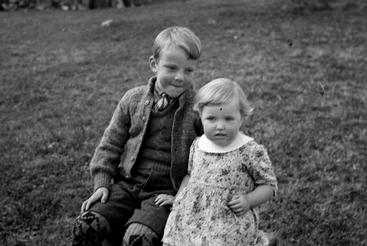 GRUPPE 2 BARN, VINGELEN P. O. ØSTERDALEN. SEPTEMBER 1943. Jarne Kroken og Ester Marie Gundersen f. Kroken