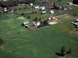 Håberget midt i bildet, Langhol i gult til høyre, Hanstad
