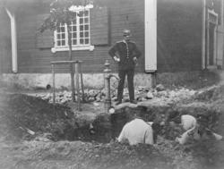Reparation av vattenledning vid Malmen ca 1890. Personer i a