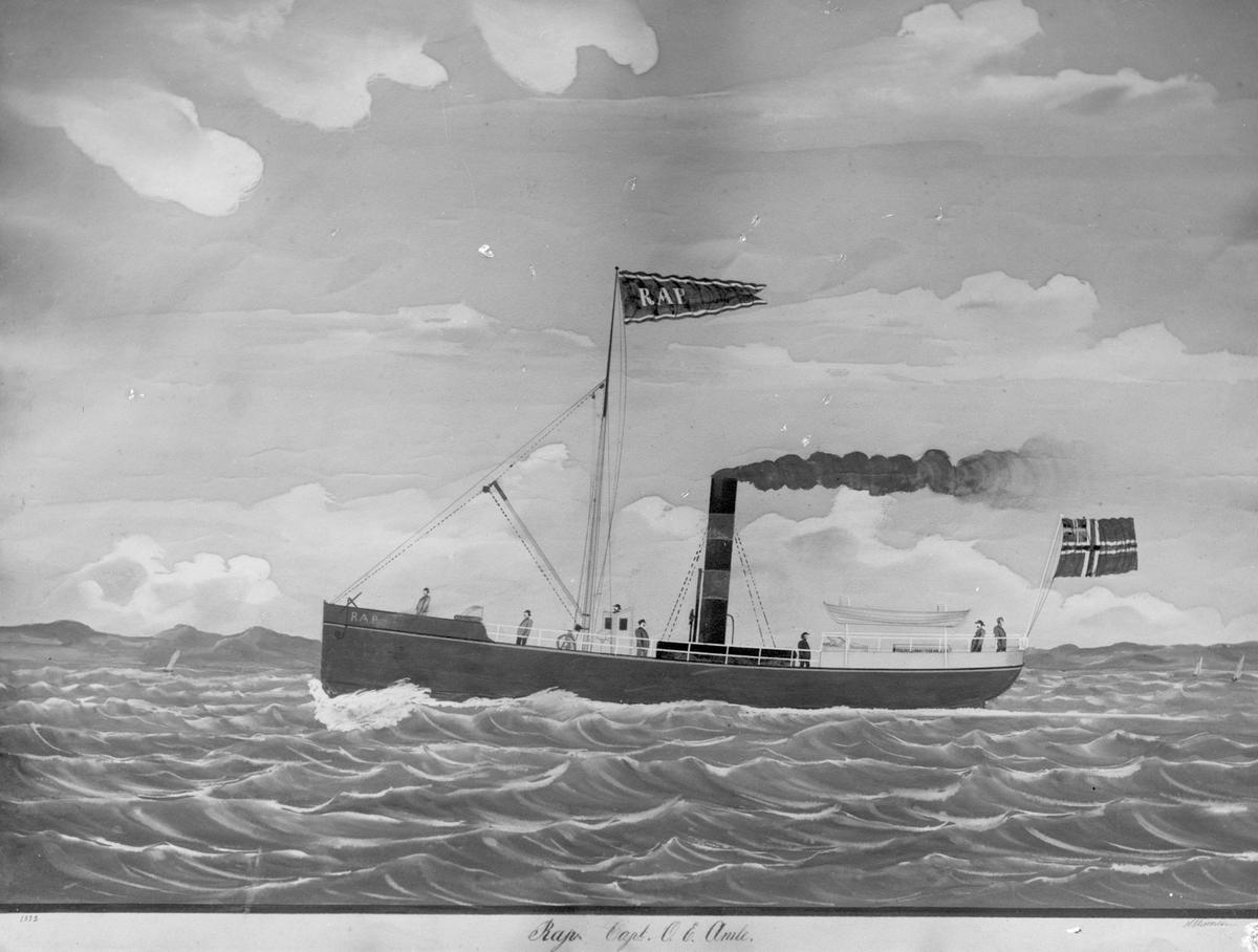 """Dampskipet D/S """"Rap"""" med mannskap langs kysten, med mindre seilebåter og fjell i bakgrunnen."""