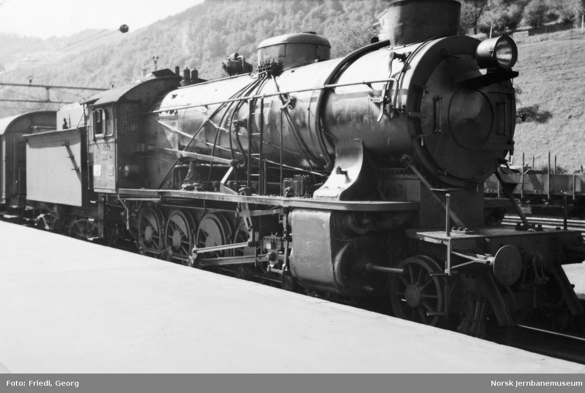 Damplokomotiv type 39a nr. 308 foran godstog på Voss stasjon