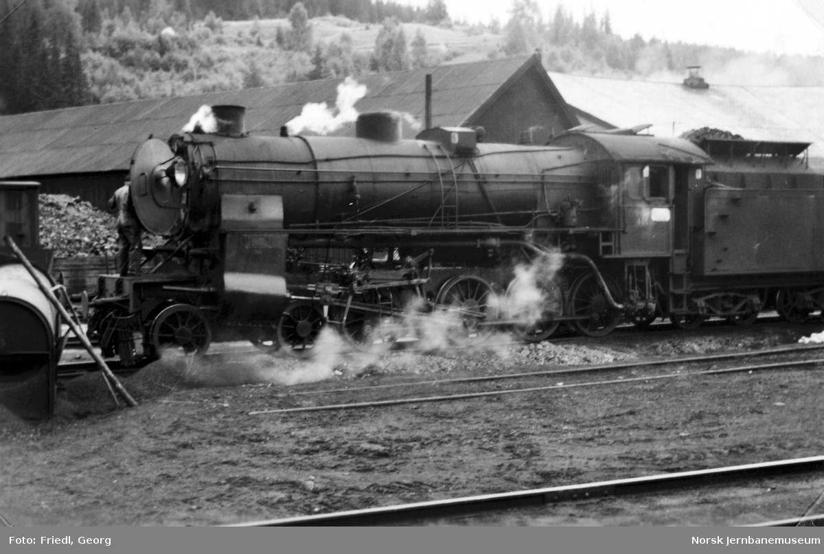 Damplokomotiv type 31b nr. 401 under feiing på Ål stasjon