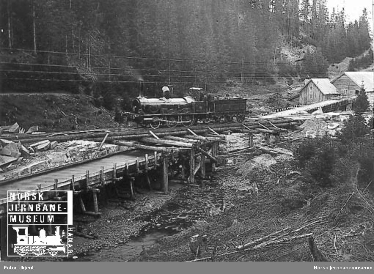 Hovedbanens damplokomotiv nr. 5 på en Heiret pælebru mellom Dal og Bøn