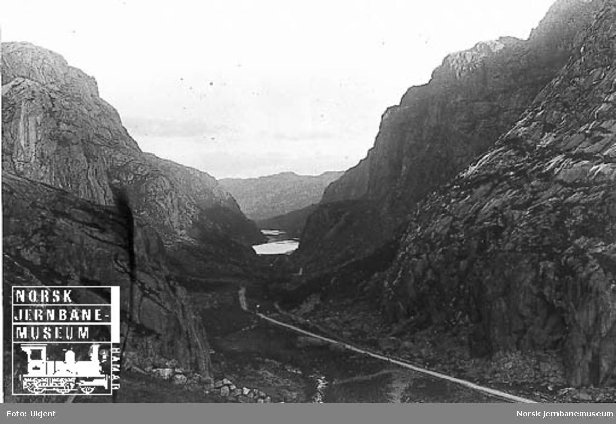 Fra Flekkefjordbanen før anlegget, parti fra Drangsdalen med utsikt mot Hofsvannet; jernbanelinjen er inntegnet med svart tusj