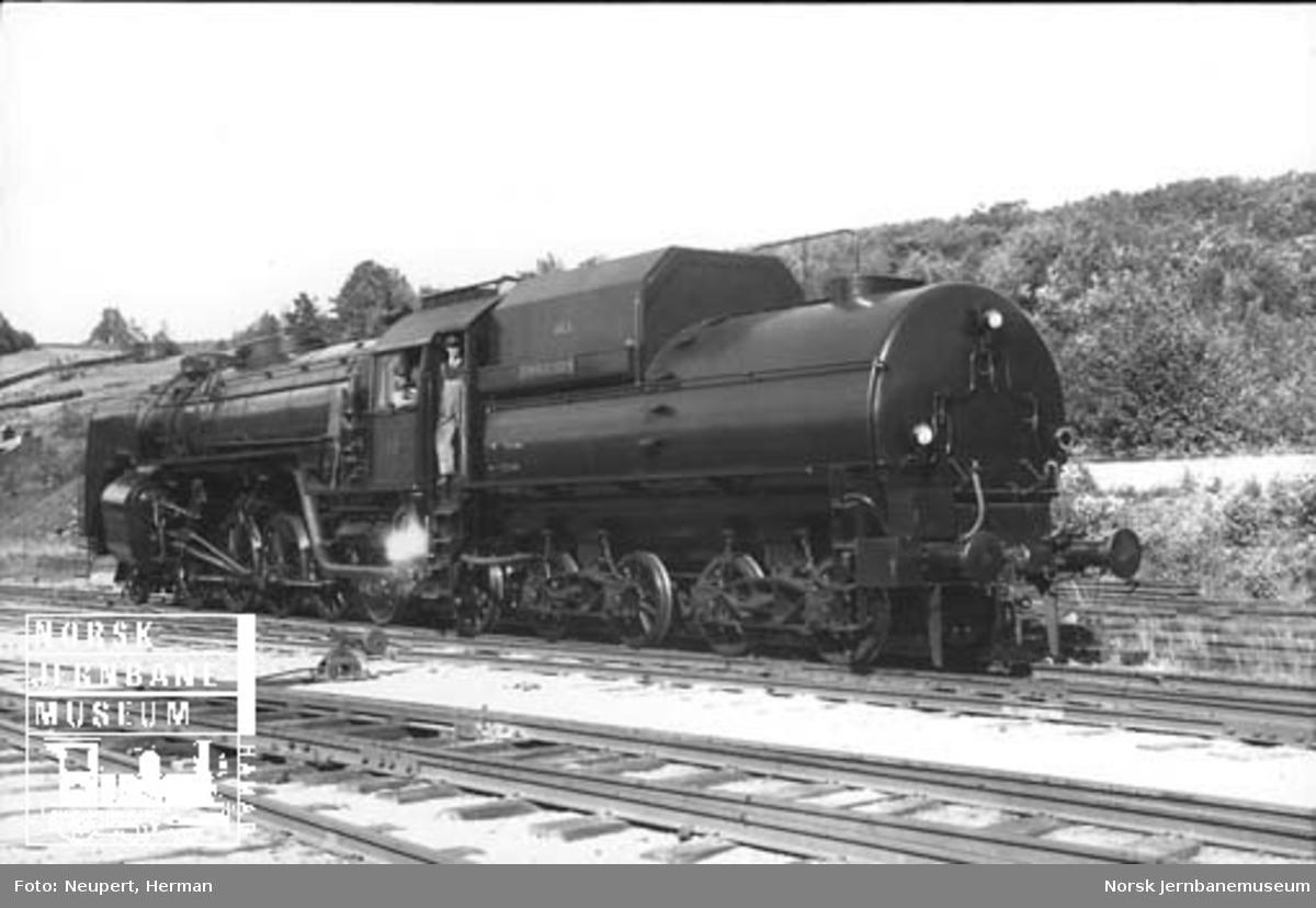 """Damplokomotiv type 49a nr. 463 """"Dovregubben"""" fotografert på skrått bakfra"""