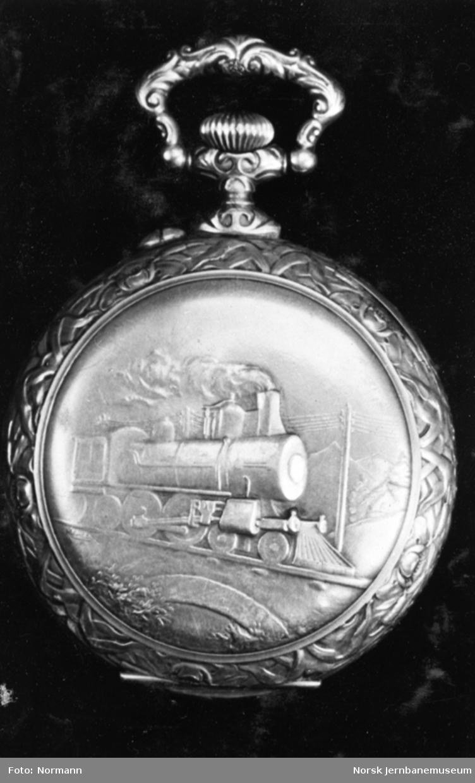 Jernbanemuseet på Disen : Lommeur, erindring fra kong Oscar II til Drammenbanens lokomotivførere