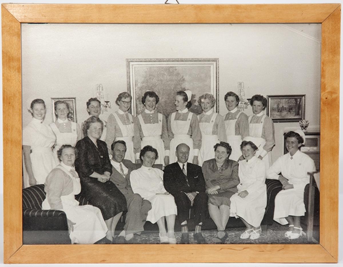 Gruppebilde. Eksamensfest for elevkull 1956 ved Drøbak Syke- og fødestue.