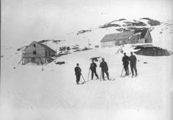 Bergensbanens anlegg; menn på ski med brakker på Hallingskei