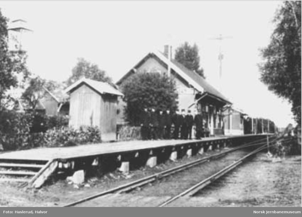 Jessheim (Jessum) stasjon med personalet på plattformen