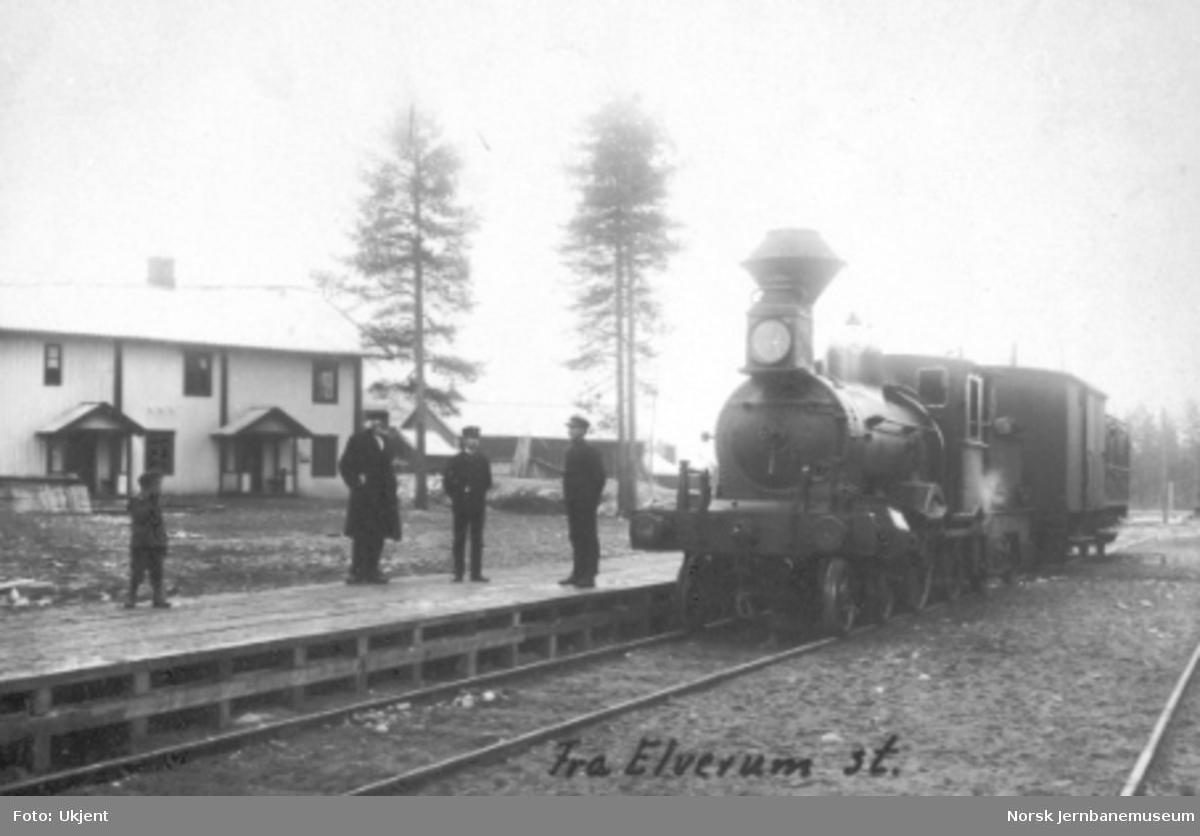 Damplokomotiv type 9a med godsvogn og karetvogn på Elverum nye stasjon; befaring eller prøvekjøring?
