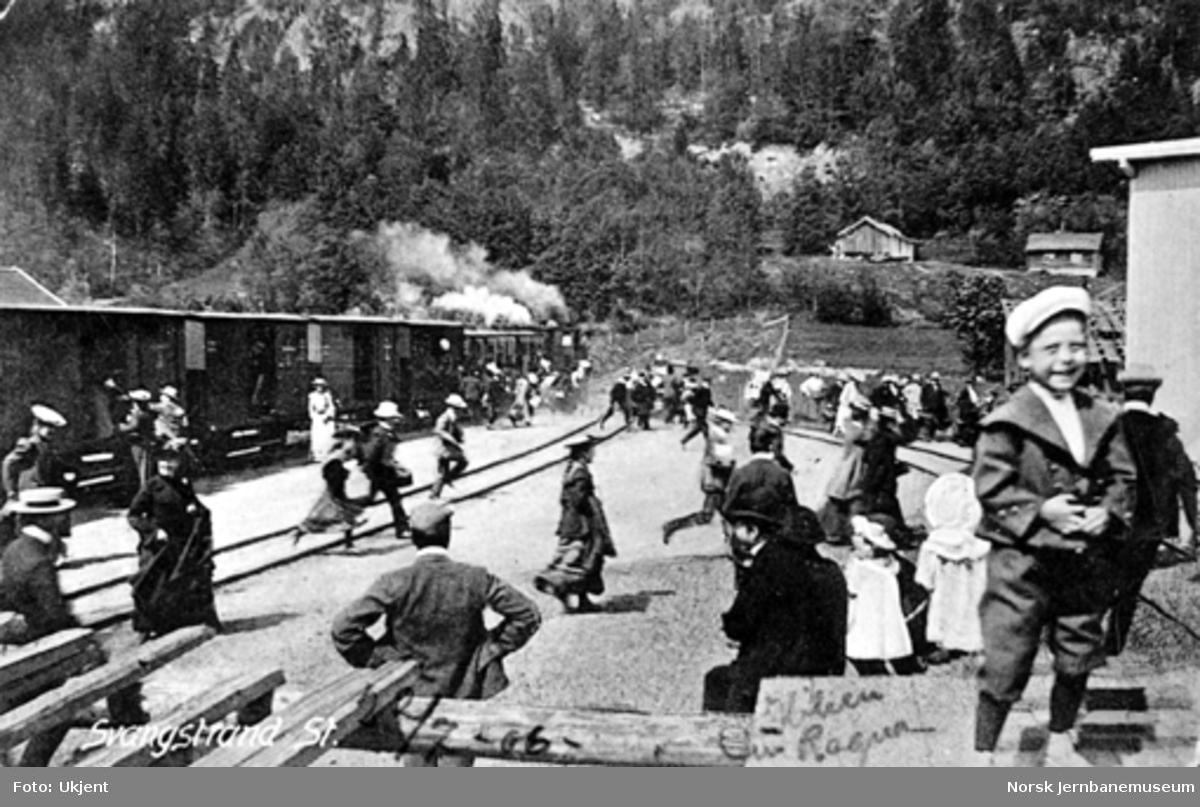 Mange reisende kommer av toget på Svangstrand stasjon