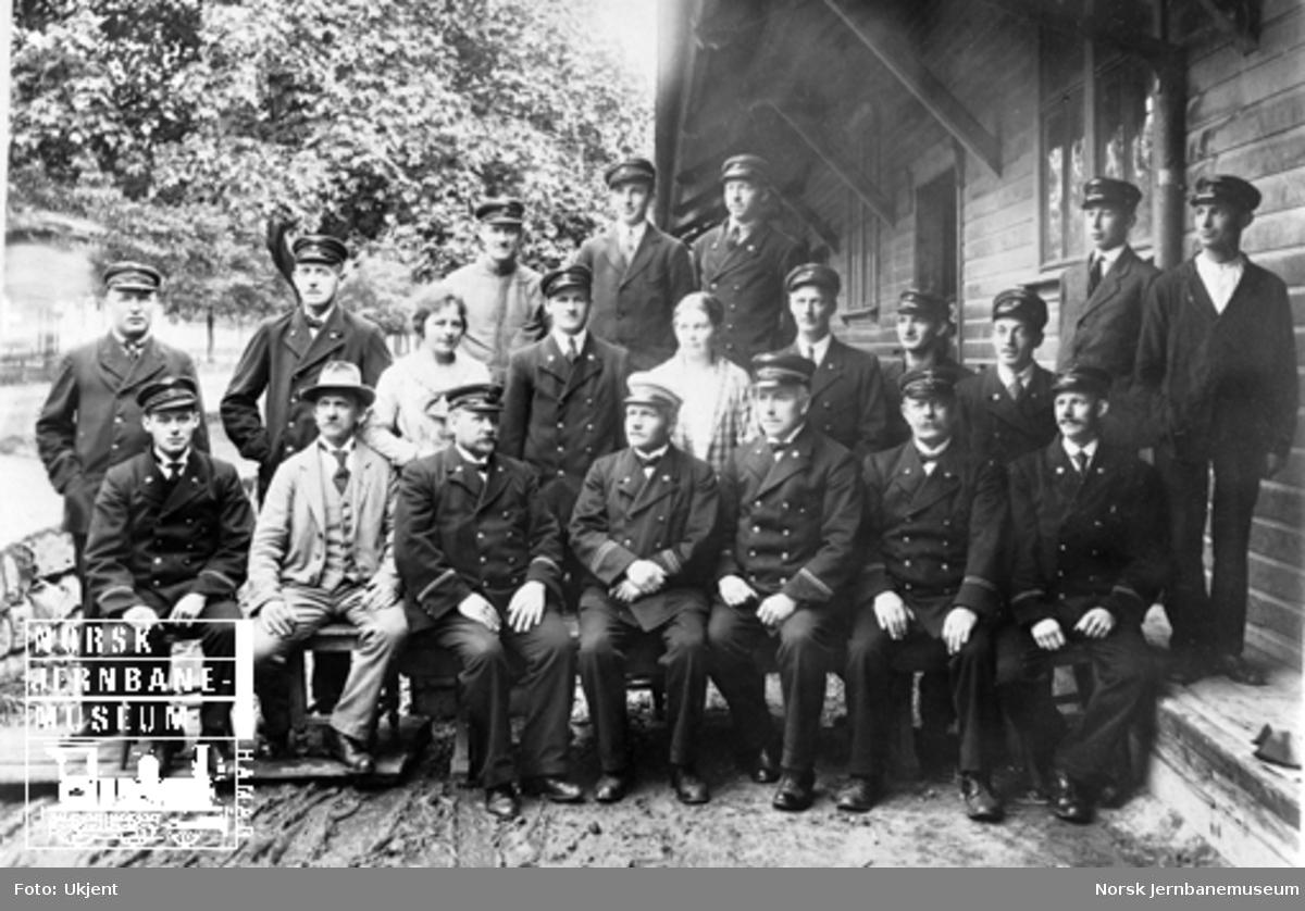 Gruppebilde av de ansatte ved jernbanens godsekspedisjon på Hamar