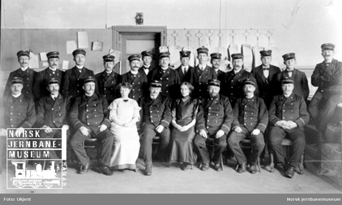 Gruppebilde av personalet på en avdeling på Trondheim stasjon