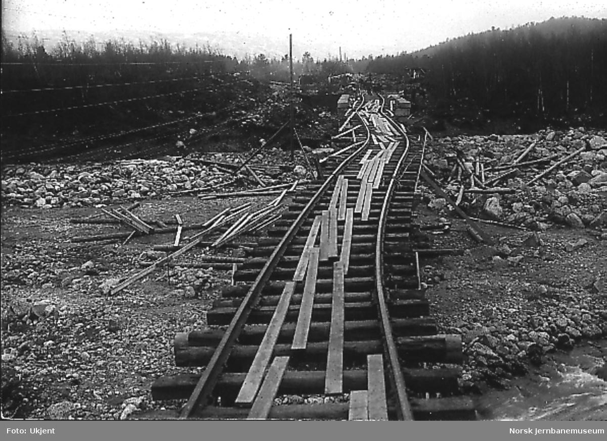 Skinnegangen ved Brusletto på Geilo, muligens etter flomskaden i mai 1917 da Bardøla rev med seg jernbanefyllingen