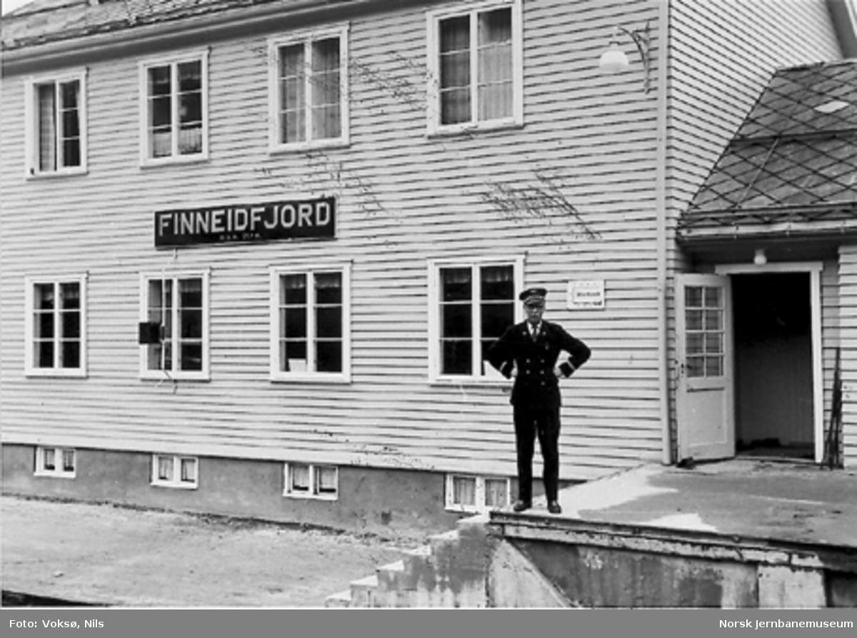 Finneidfjord stasjonsbygning med stasjonsmester Nils Voksø på godsrampa