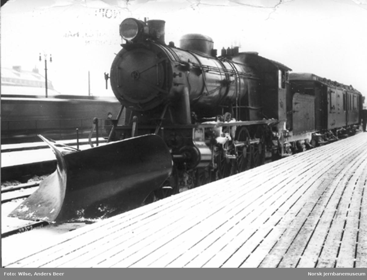 Damplokomotiv type 30a nr. 276 med stor frontplog foran bergenstoget