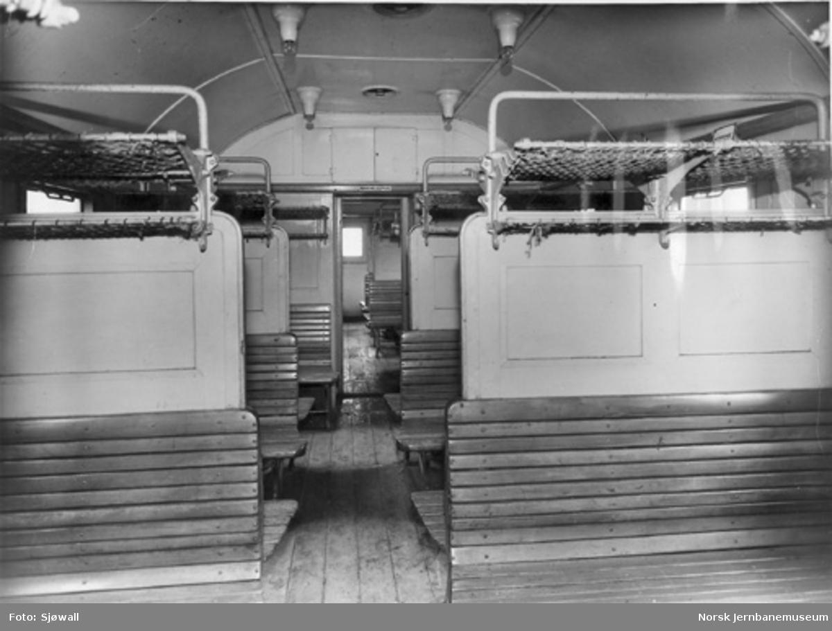 Toakslet personvogn litra C3 nr. 19911, interiørbilde : tysk vogn overtatt etter krigen, ennå ikke ommalt