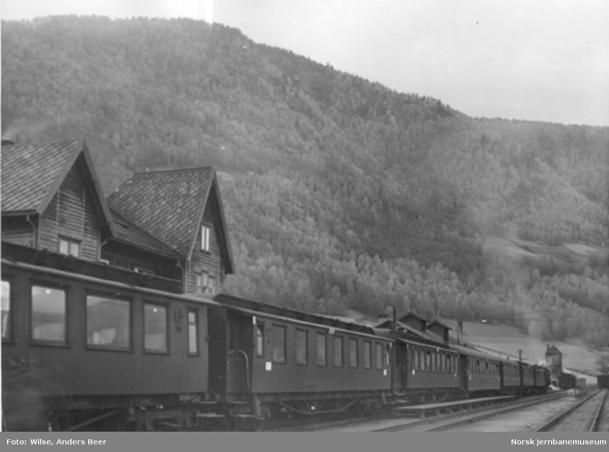 Otta stasjon med personvogner i spor 1