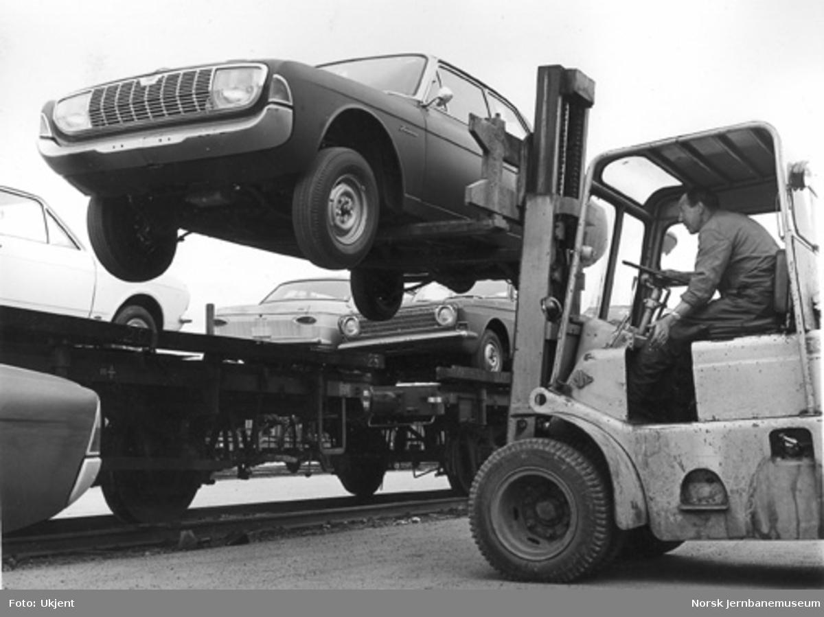 Opplasting av nye personbiler på jernbanevogn med hjelp av gaffeltruck