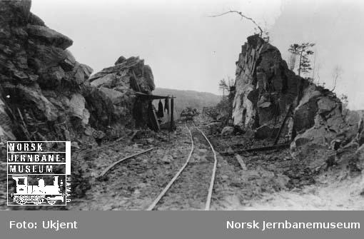 Gjennombrutt fjellskjæring, trolig på anlegget Sørlandsbanen vest