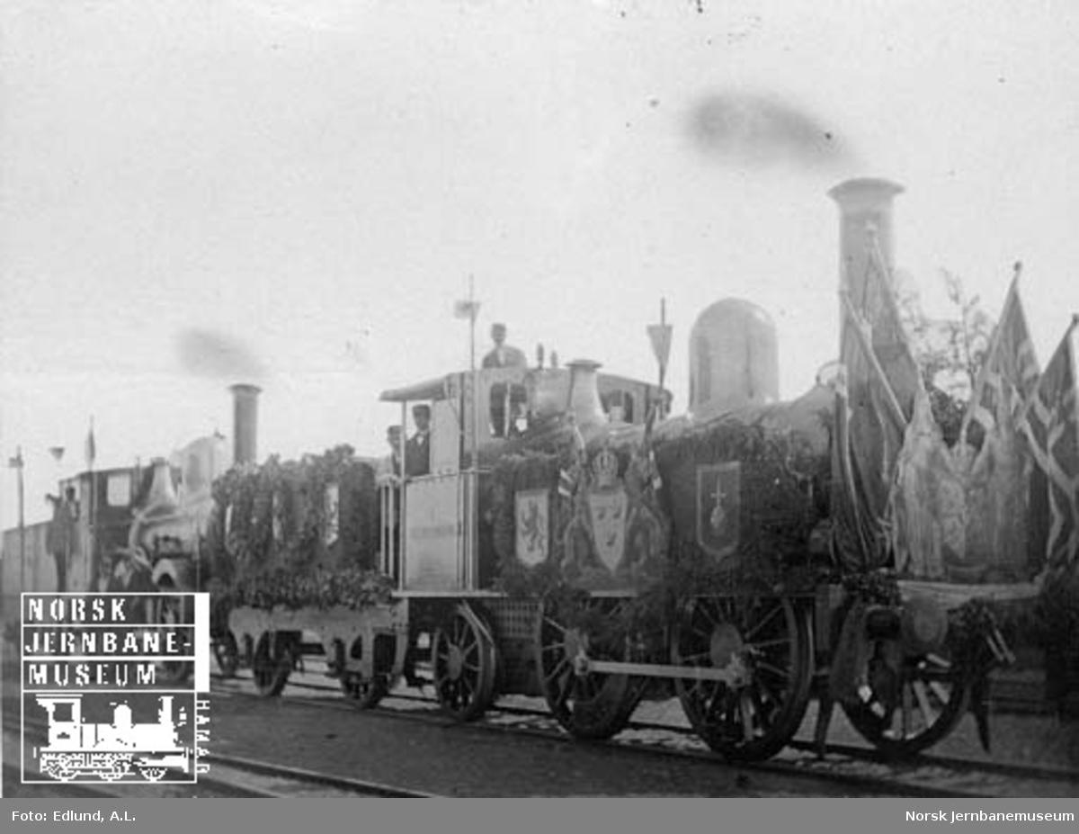 To festsmykkede lokomotiver fra Dalsland Jernväg foran åpningtoget