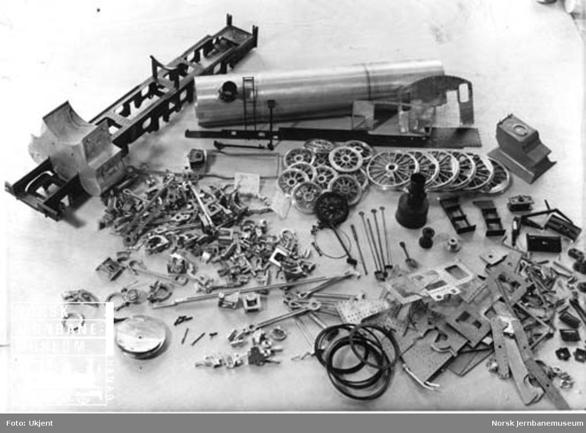 Modell av damplokomotiv type 30b under bygging ved Fredhøis Modellverksted
