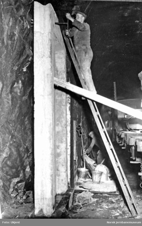 Lamellutmuring av tunneler : lamellen finjusteres og skrues fast