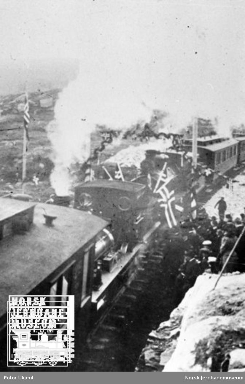 Høytideligheten ved skinnesammenføyningen ved Ustaoset : togene har møttes