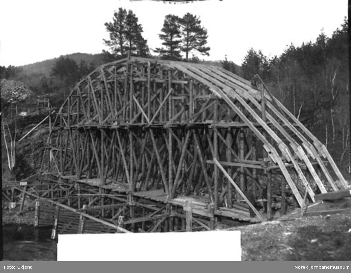 Bygging av bru over Strandeelva, stillas under arbeid