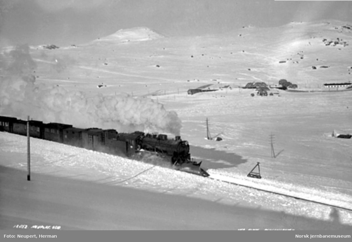 Damplokomotiv type 31b med persontog vest for Finse stasjon