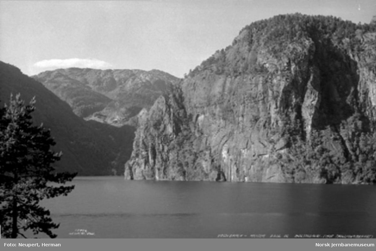 Oversiktsbilde mot Trollkonebarnet (fjell) mellom Dale og Bolstadøyri