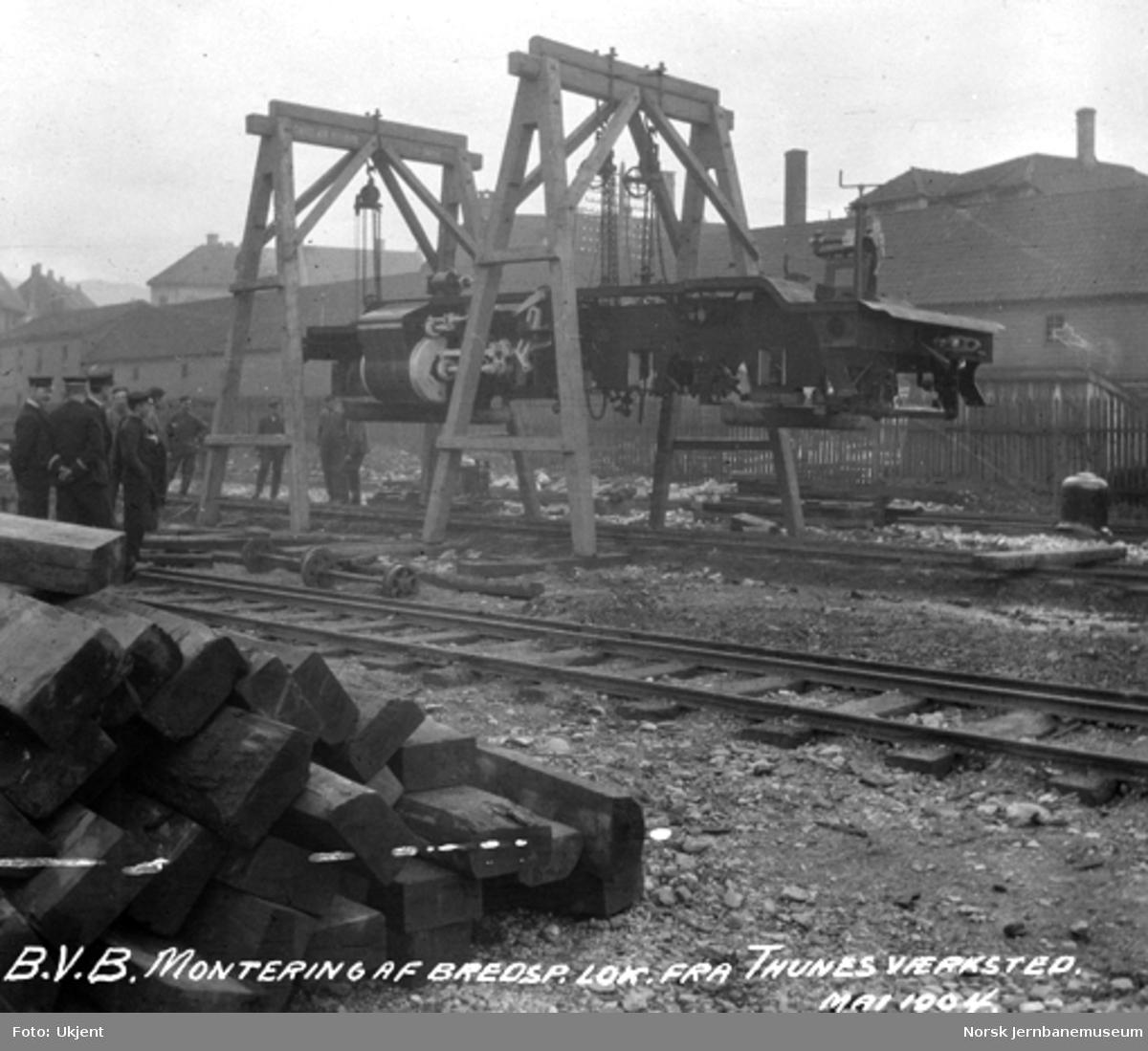 Normalspormateriell til Bergensbanen : ramme til damplokomotiv type 21a oppheist før hjulsetting