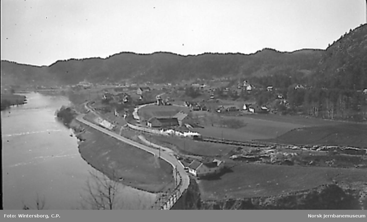 Oversiktsbilde med grustog på den nye traseen ved øvre Mosby, sett sørover mot Mosby