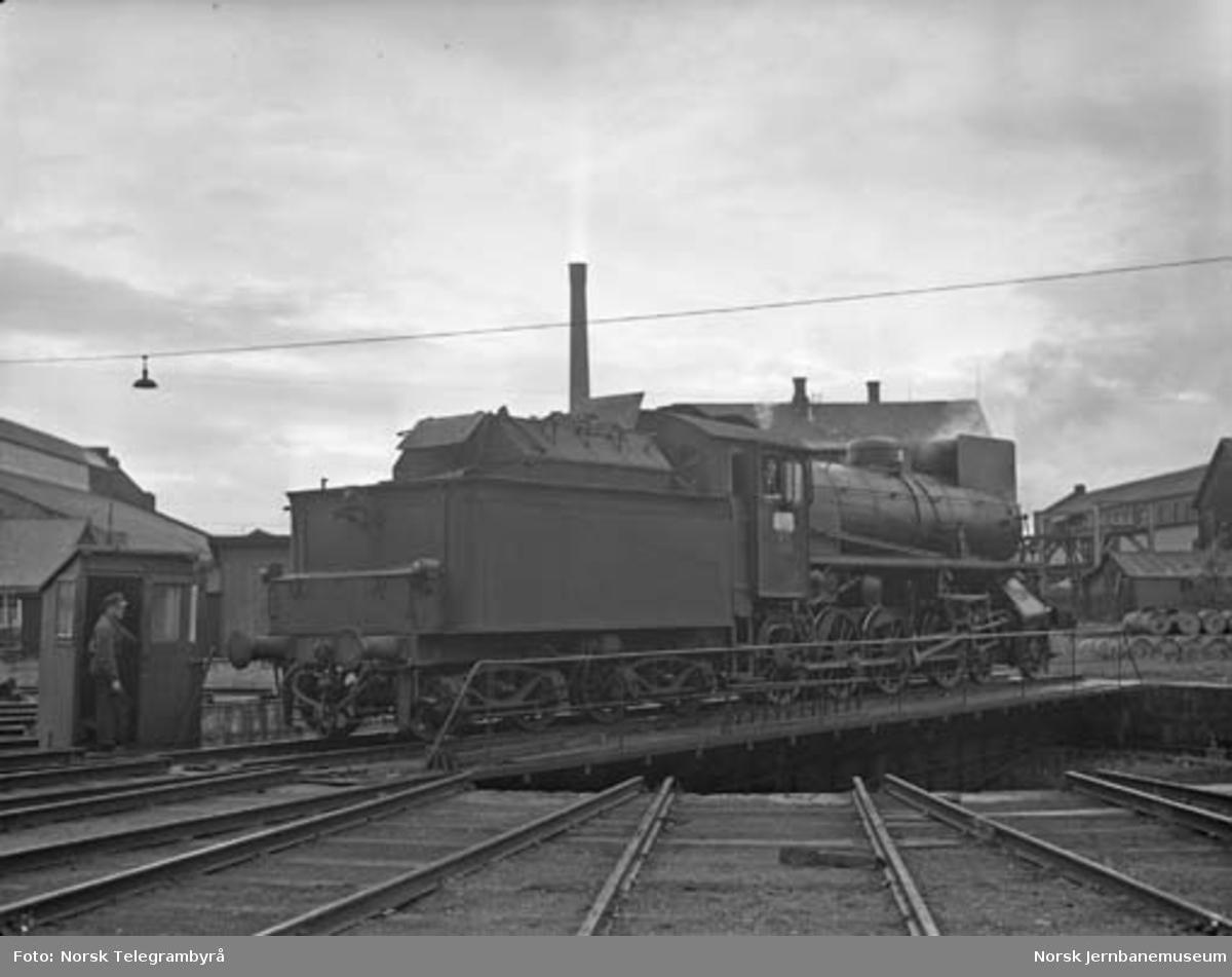 """Maskinen og """"beitet"""" - en tur med godstog 5283 Hamar-Lillehammer - kl 05.40 fyrbøteren dirigerer svingskiva"""